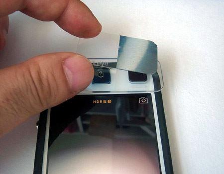 本体のレンズ横にある磁石にくっつけて固定できるよう、試料板の半分は金属になっています