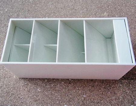 4段の収納スペースのうち2段分は、中にさらに仕切りが付いています