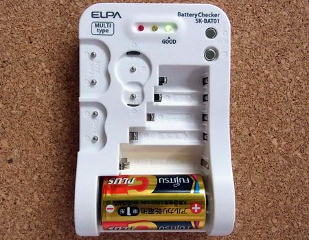 「+」と「−」をチェックして電池をセット。チェックが終わると残量にあわせてインジケーターが点灯します
