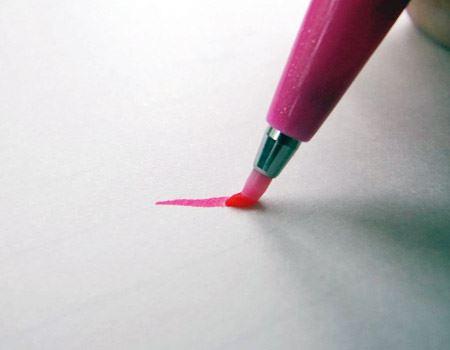 力の入れ具合とペン先の角度で線の太さを変化させることができます