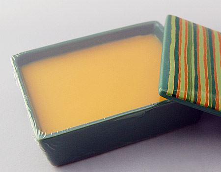 このように、陶器の器にお香が入っています。香りが逃げないよう、使用前はセロハンで密閉されていました
