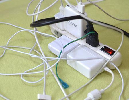 ごちゃごちゃの充電コード…