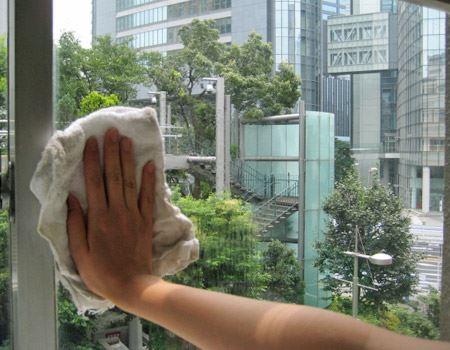 弊社の窓にシュッとひと吹き。布でまんべんなく伸ばします。その後、乾いた布で磨き上げるように拭き取ったら完了