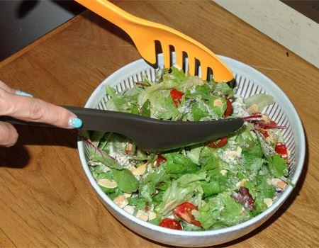混ぜにくいシーザーサラダも両手に1本ずつ持って混ぜればラクラク