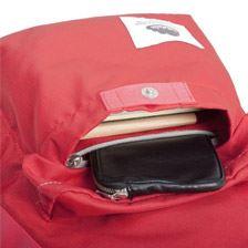 前面のポケットには内側にさらにファスナー付きのポケットを備えるセキュリティーの高さだ