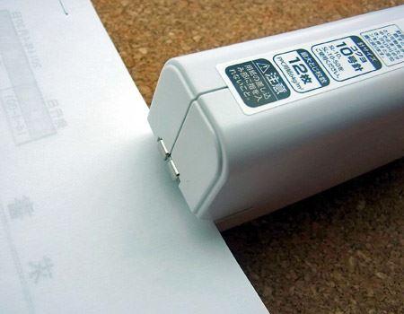用紙を奥まで差し込むと自動的に綴じてくれます