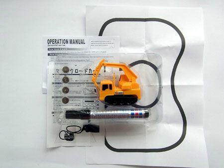 箱の中には、車本体にボタン電池、黒インクペン、テスト用コース、説明書が入っています
