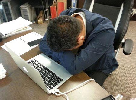 デスクで仮眠をとる時ってこんな感じで眠ると思うんですけど、この体勢だと腕も痺れるし顔(主にオデコ)も痛くてとても安眠はできません