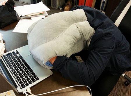 こんなふうに装着して(装着してる写真)デスクにうつぶせ寝