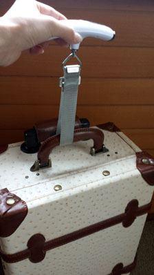フックをスーツケースの持ち手にかけ、垂直に持ち上げます。ブザーが鳴ったら終了です