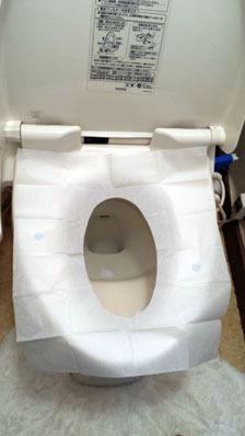 紙を広げると2か所に粘着剤が。この2か所を押さえて便座にピタッとくっつけます。おかげで座っても紙がずれません