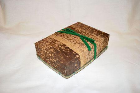 竹の皮でできたお弁当箱。パカっと開けると…