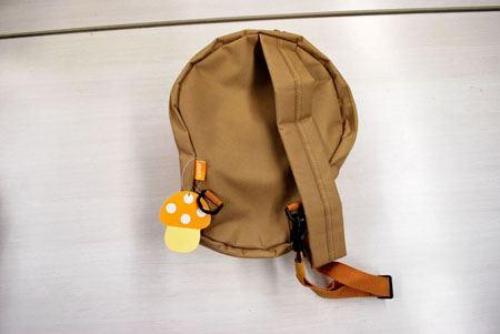 バッグはキノコを半分に切ったような感じになっていて、裏面はこんな感じでフラットです。肩ひもはカバンの左右どちらにも付け替えられるので、右手左手どちらでも持ちやすいです