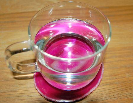 水を注いでみました。ピンクが水全体に映り込んでいますね…きれい