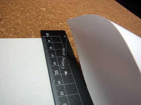 切りたい部分に定規を当てて矢印の方向に引っ張るとキレイに紙が切れます