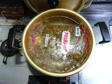 袋のまま湯煎、もしくは蒸し器で蒸すと書いてあります。今回は湯煎してみました