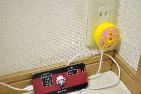 コンパクトの下にUSB接続口が1つあり、携帯充電ケーブルを挿して使用します!