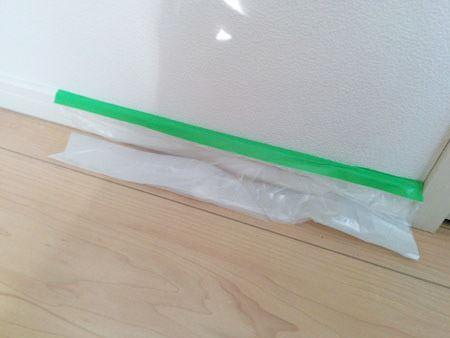 ガムテープのような緑の部分を養生したい部分の端に合わせて貼っていきます