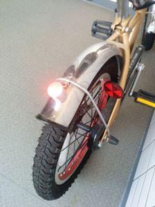 赤色灯はハザード用に自転車のうしろに。取り外して付けるごとに、3種類の点灯のパターンに変わります