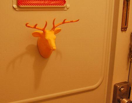 ペタっと玄関のドアに貼ります。(裏側にマグネットが付いています。)