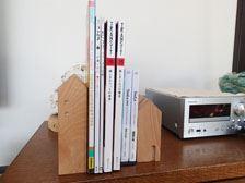 大きな雑誌や絵本でもしっかり支えてくれます。本の代わりにCDを並べてもオシャレです