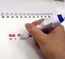 ちょうどいい具合に手にフィットし、滑らかに紙に密着するのでいつも使っている修正テープより使い心地がいいです。使い終わればヘッドはスライドさせて収納可!