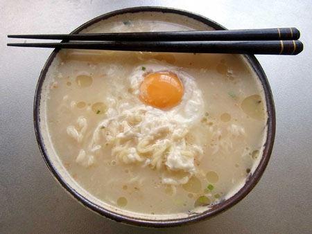 白いスープはとんこつラーメンそのもの。いつものように玉子を軽く煮立てていただきます