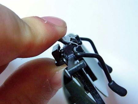 ブリッジ(左右のレンズをつなぐメガネの中央部分)にあるレバーを押すとクリップが広がります