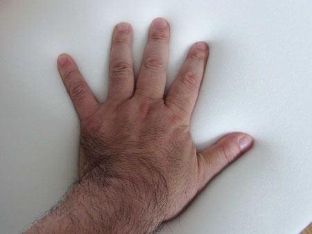 手で押すとそのままの形で沈み込みます。密度が高く少し粘着性を感じる(べたつきは一切ありません)硬めのスポンジを押しているような感じです