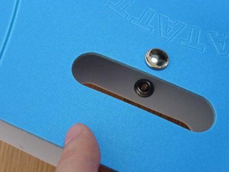 組み立てる時は、まずグリップの下にあるスナップボタンを外し、本体を開きます