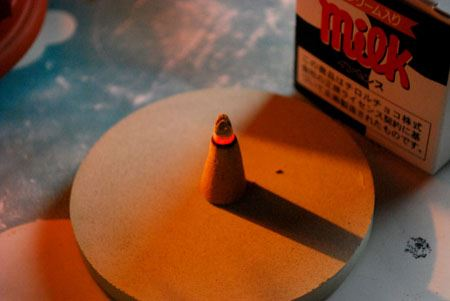 15〜20分くらい、ゆっくりと時間をかけて燃えていくインセンス。火が進むごとに、チョコの甘い香りがふわっと広がります