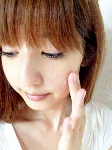 人さし指の第一関節分くらいのクリームをとって塗るだけ♪