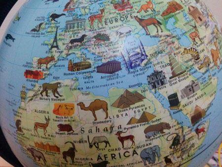 各国や地域の上に描かれたシンボリックな建物や動物のイラスト