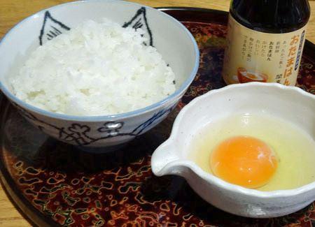 卵を小鉢に割り入れ、しょうゆを混ぜてからご飯にかける?