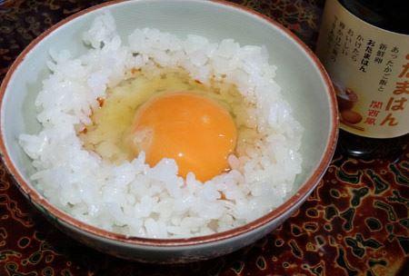それともご飯に直接卵を割りのせ、しょうゆをかける…はたまた先にご飯にしょうゆをかけ混ぜてから卵? どの食べ方でもおたまはんなら絶品に!
