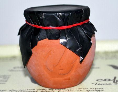 これが壺です。大きさは直径57mm×高さ60mmほど。輪ゴムを取ってフタを開けると…