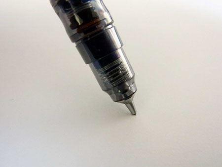 2つのスプリングが効果的に機能してペン先が芯を包み込むように現れます