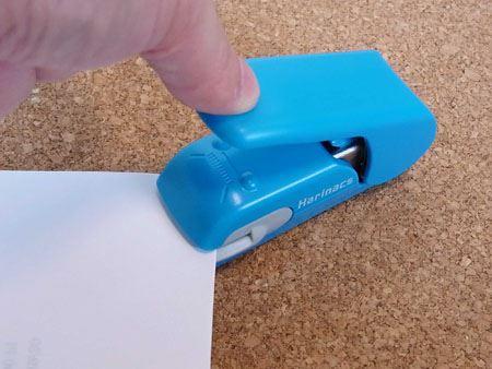 紙を綴じる時はこの部分に用紙をはさんで押すだけ
