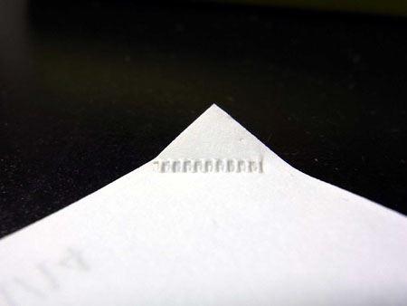 圧着された部分はこのようなきれいな模様に。綴じ幅は丁度1cm