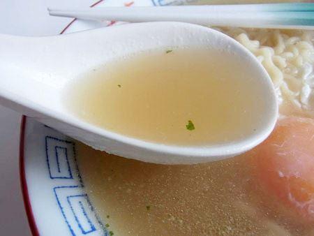 スープの色味は塩と醤油の中間くらい