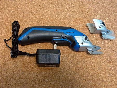 本体に充電器、交換用の刃がセットになっています