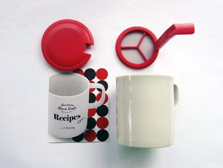 中にはレシピ(左下)、マグカップ(右下)、フタ(左上)、泡だて器(右上)が入っています。なお、マグカップは美濃焼の陶器製です