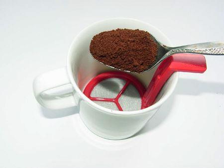 泡だて器をセットしたマグカップにインスタントコーヒーを入れます