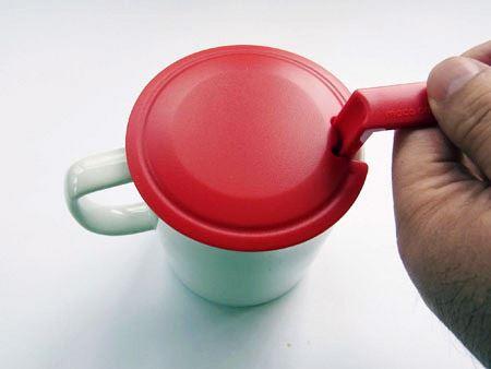 お湯を50mlほど注ぎ(泡だて器に目盛りが付いています)、フタをして泡だて器を上下に動かすだけ
