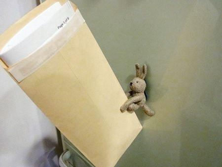 書類が多めに入った封筒を頑張って支える姿がケナゲでなりません