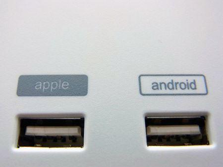 Apple用とAndroid用の専用プラグを用意。ちなみに、逆に使っても充電は可能です