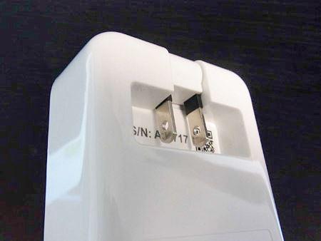 使う時は裏面のプラグをコンセントに差し込むだけ。プラグは本体に収納できるムービングプラグを採用しており、持ち運びにも便利です