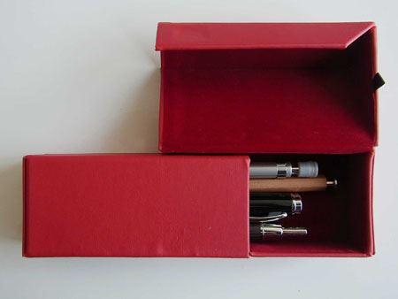 フタを開けるとこんな感じ。まさか、「ペンを取り出しにくいんじゃないの〜」なんて思っていませんよね