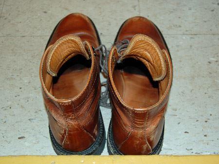 脱ぎたての靴からは、なんともいえないニオイが…(写真だとあまり伝わらないのが悔しいです)