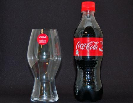 そして、当のグラスは…ワイングラスの如く薄くて軽い。コーラのシルエットを表現したフォルムも申し分ないですね
